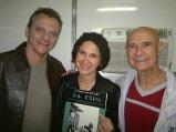 Patrícia toda orgulhosa ostentando seu song book do 14 em meio ao Magrão e Hely